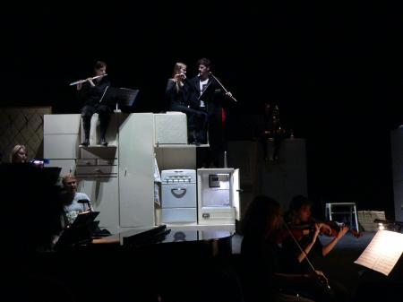 Da wir die Musiker nicht nur einfach so dahin gesetzt haben wollten, wurden sie in die Inszenierung eingebaut.